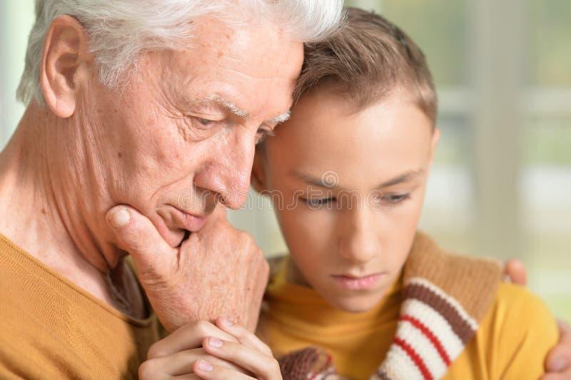 Durchdachter Großvater und Enkel stockfoto