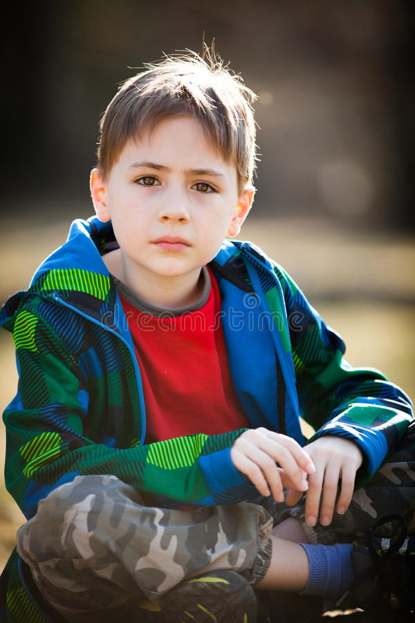 Durchdachter Junge stockfotos