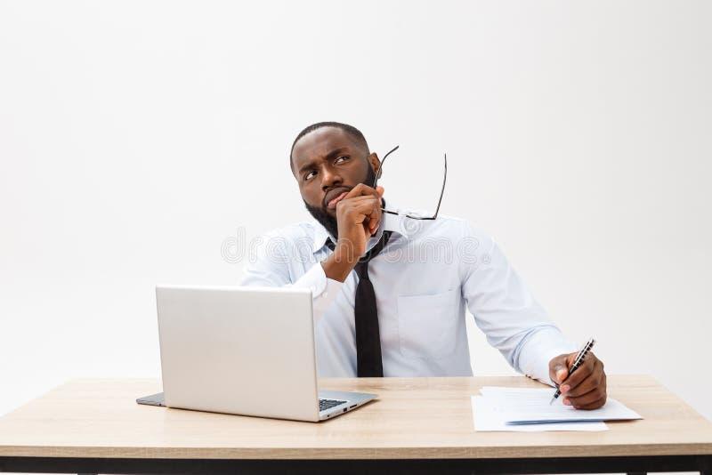 Durchdachter junger Afroamerikanergeschäftsmann, der an Laptop-Computer arbeitet lizenzfreies stockfoto