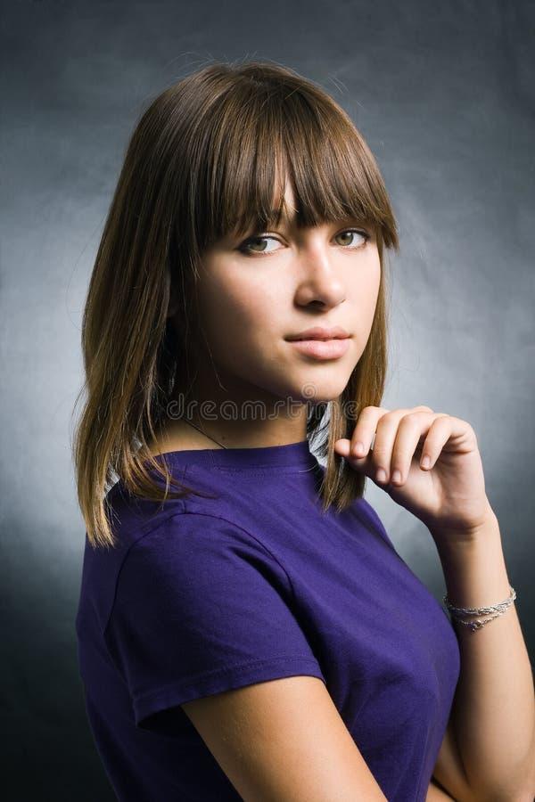 Durchdachter junger Brunette stockbilder