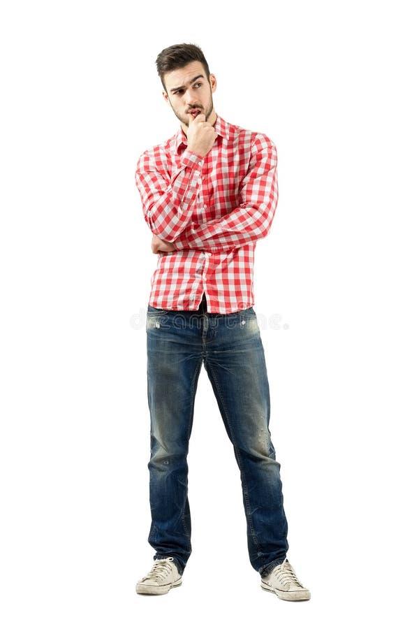 Durchdachter junger Mann, der ein Dilemma hat lizenzfreies stockbild