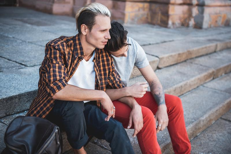 Durchdachter Kerl, der mit dem traurigen Freund im Freien sagt lizenzfreies stockfoto