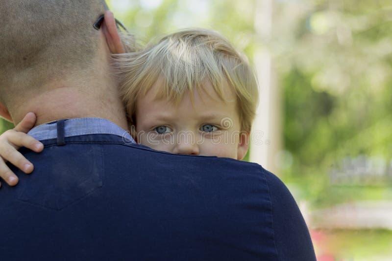 Durchdachter kleiner Junge auf Vater ` s Schulter Kopieren Sie Platz lizenzfreies stockbild