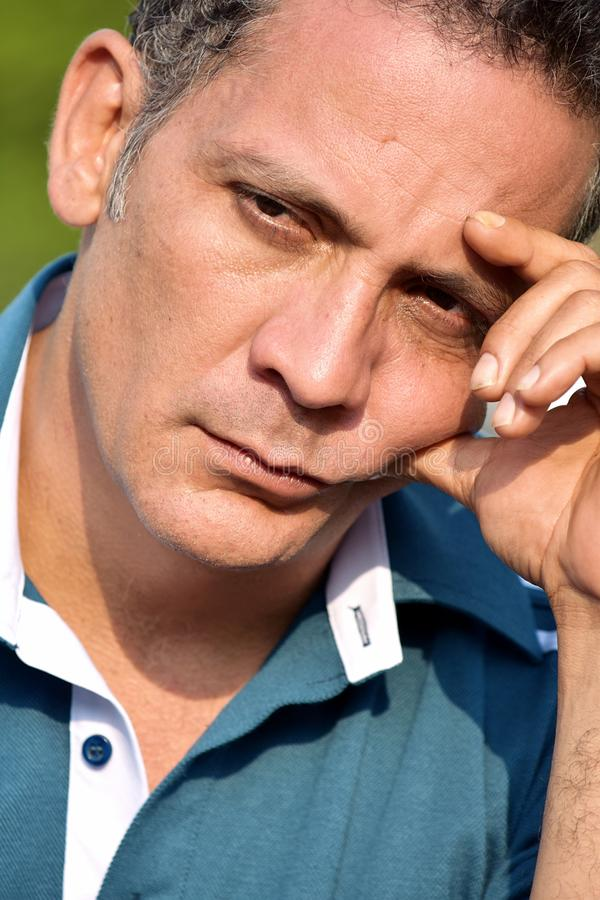 Durchdachter Latino-Mann stockbilder