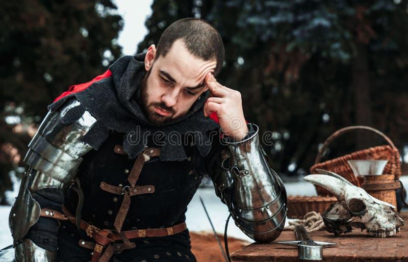 Durchdachter männlicher Ritter in der historischen Kleidung stockfoto
