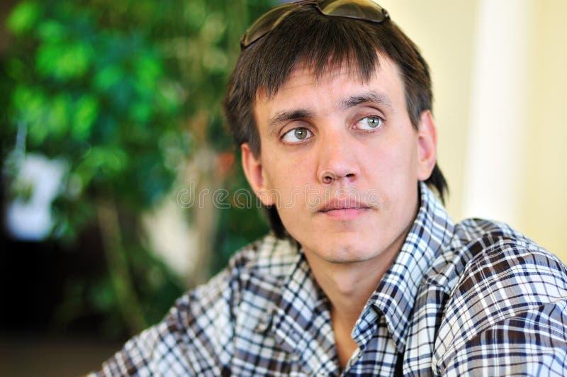Durchdachter Mann lizenzfreies stockfoto