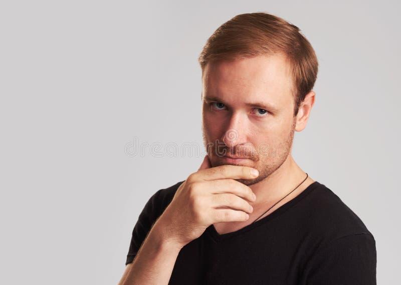 Durchdachter Mann lokalisiert auf grauem Hintergrund lizenzfreie stockfotografie