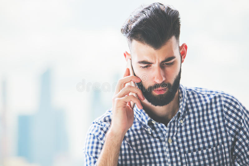 Durchdachter Mann am Telefon lizenzfreie stockfotografie