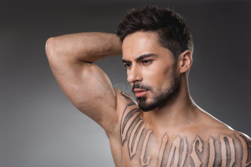 Durchdachter nackter Kerl, der muskulös ist lizenzfreies stockfoto