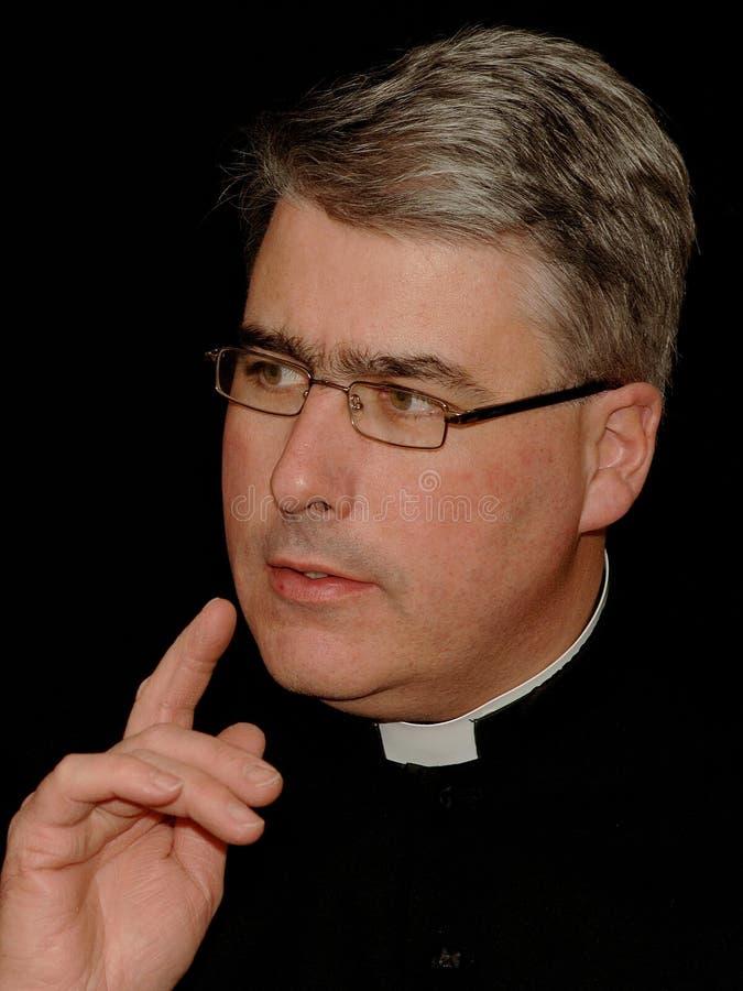 Durchdachter Priester lizenzfreies stockfoto