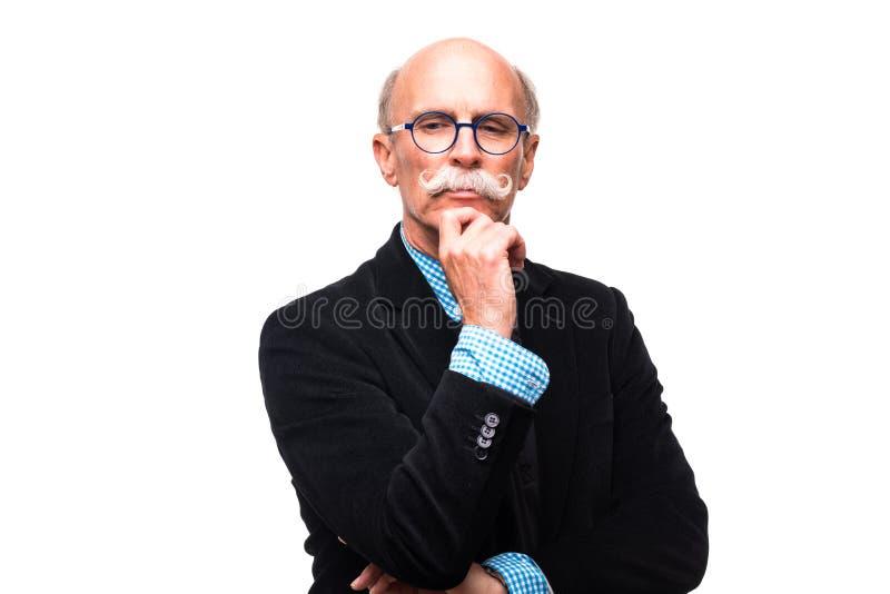Durchdachter reifer Mann auf weißem Hintergrund Durchdachter älterer Mann im formalwear, das Hand auf Kinnweißhintergrund hält lizenzfreie stockbilder