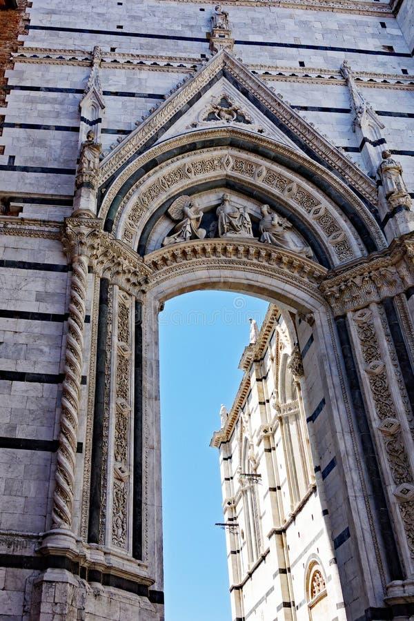 Durchdachter Steintorbogen, Siena, Italien stockfotografie