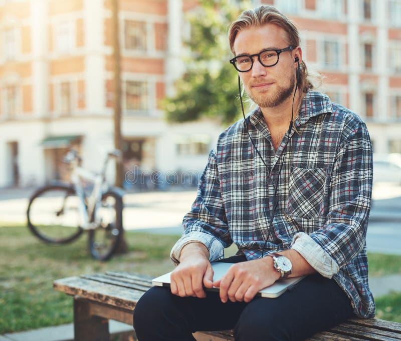 Durchdachter Unternehmer, Porträt des weißen Mannes lizenzfreie stockfotos