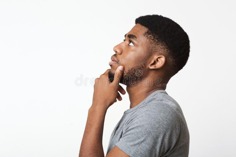 Durchdachtes Afroamerikanermann-Profilporträt auf Weiß stockfotos