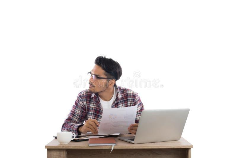 Durchdachtes junges buisnessman, das beim Sitzen seinem weg betrachtet stockfotos