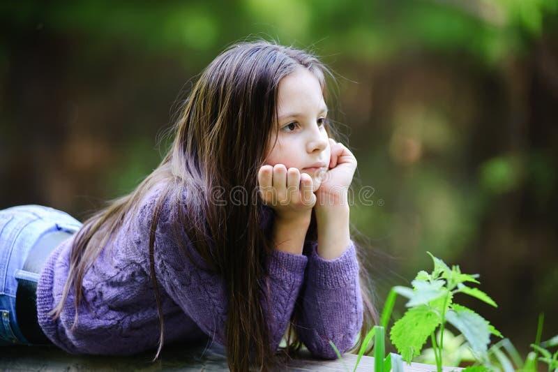 Durchdachtes kleines Mädchen. lizenzfreie stockfotografie