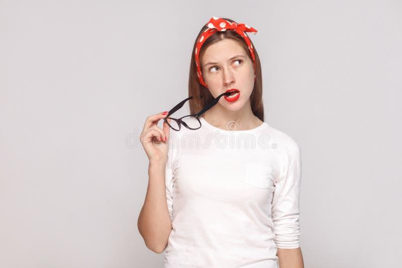 Durchdachtes Porträt der schönen emotionalen jungen Frau im Weiß stockbild