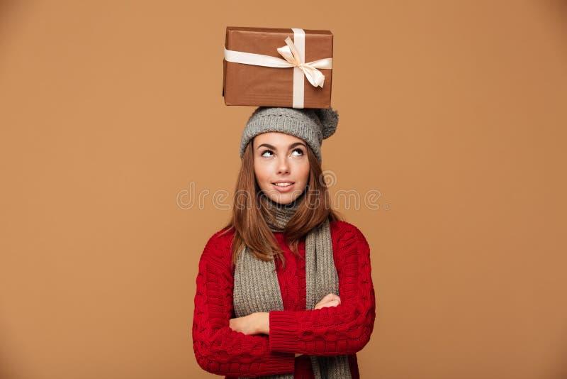 Durchdachtes schönes Mädchen im Winter kleidet Stellung mit crosse lizenzfreies stockbild