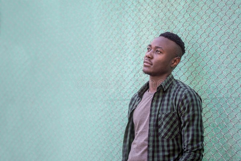 Durchdachtes schwarzes männliches Modell Städtische Lebensdauer Nachdenklicher Afroamerikanermann draußen, Artkonzept lizenzfreie stockfotos