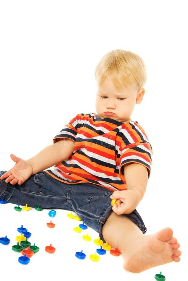 Durchdachtes Spielen des kleinen Kindes lizenzfreie stockfotografie