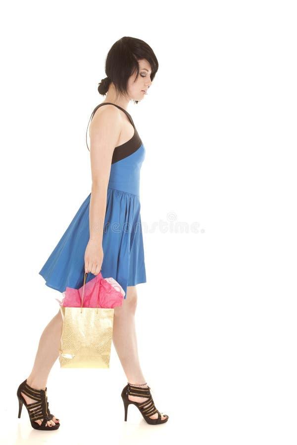Durchdringen-Taschengehen der Frau blaues Kleider stockbilder