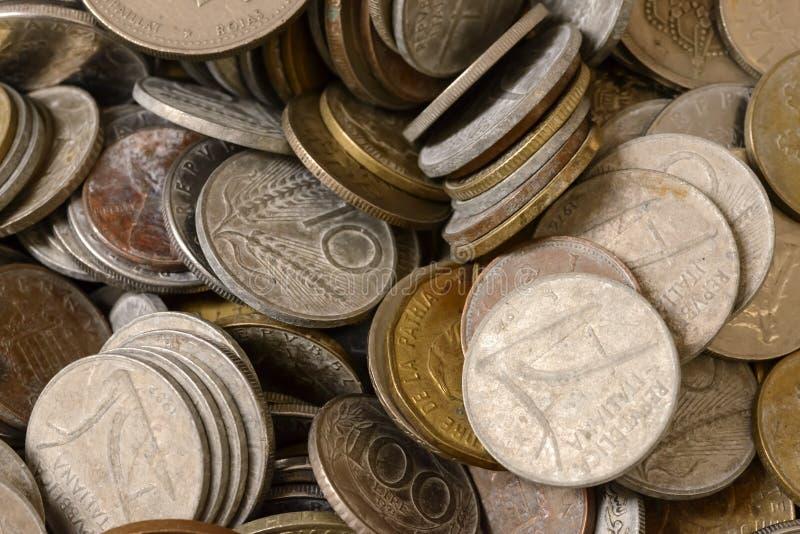 Durcheinander von alten Münzen im Verkauf am Straßenmarkt, Chiavari, Italien stockfoto