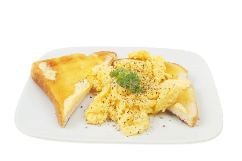 Durcheinandergemischte Eier auf Toast lizenzfreie stockfotografie