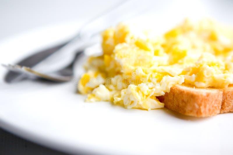 Durcheinandergemischte Eier auf Toast stockfotografie