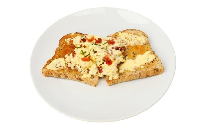 Durcheinandergemischte Eier auf Toast lizenzfreie stockfotos