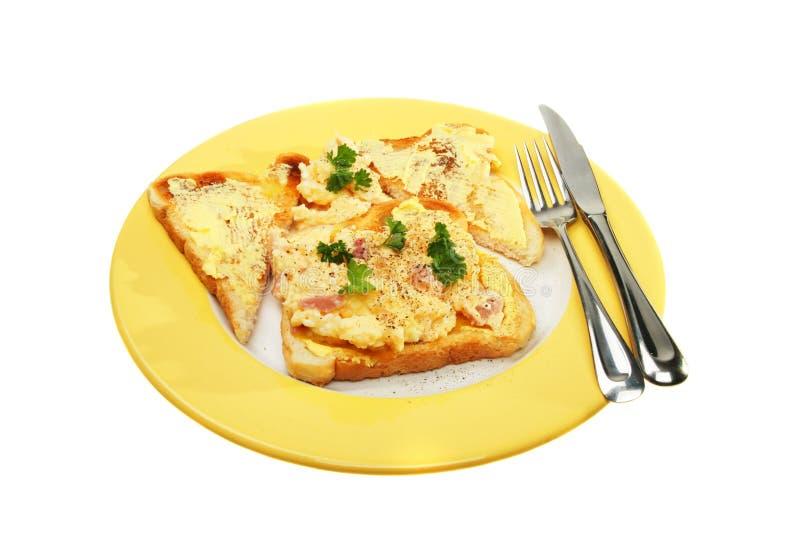 Durcheinandergemischte Eier auf Toast lizenzfreies stockbild