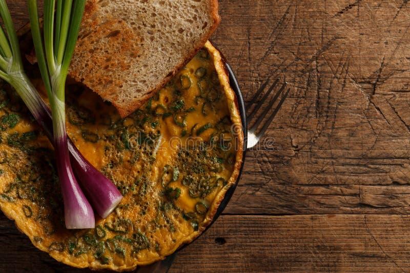 Durcheinandergemischte Eier mit Toast und Zwiebeln lizenzfreie stockbilder
