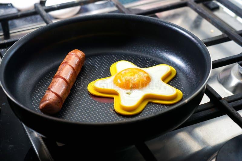 Durcheinandergemischte Eier mit WurstRoheisenbratpfanne lizenzfreie stockfotos
