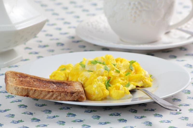 Durcheinandergemischte Eier, Tasse Kaffee und Toast stockbild