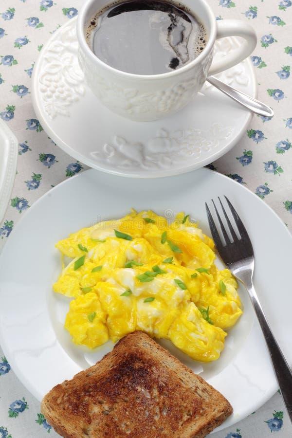Durcheinandergemischte Eier, Tasse Kaffee und Toast stockfotografie