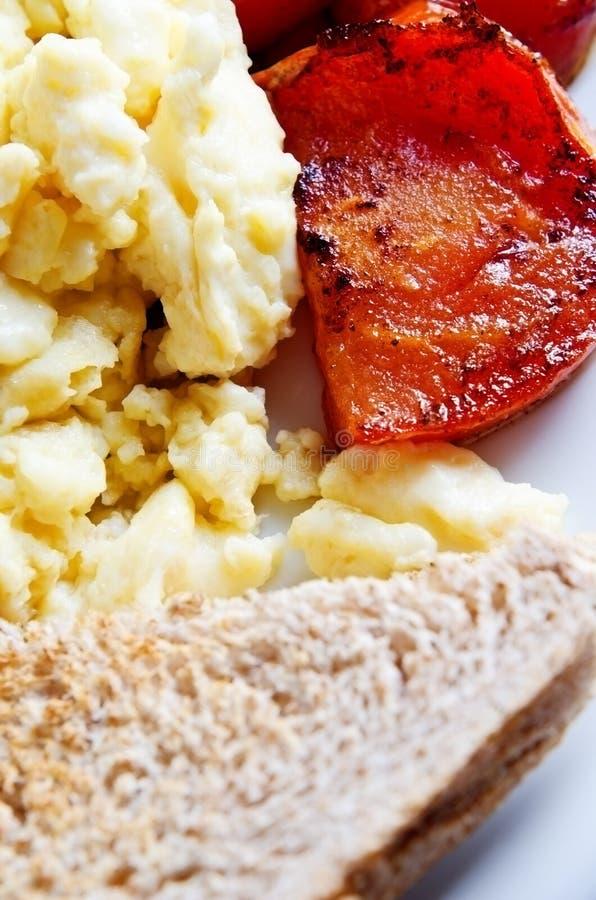 Durcheinandergemischte Eier, Tomaten und Toast stockfotos
