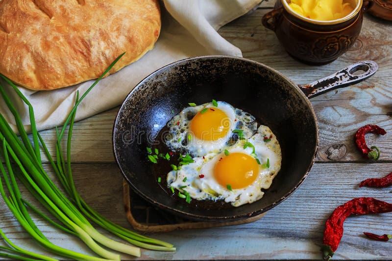 Durcheinandergemischte Eier zum Frühstück stockbild