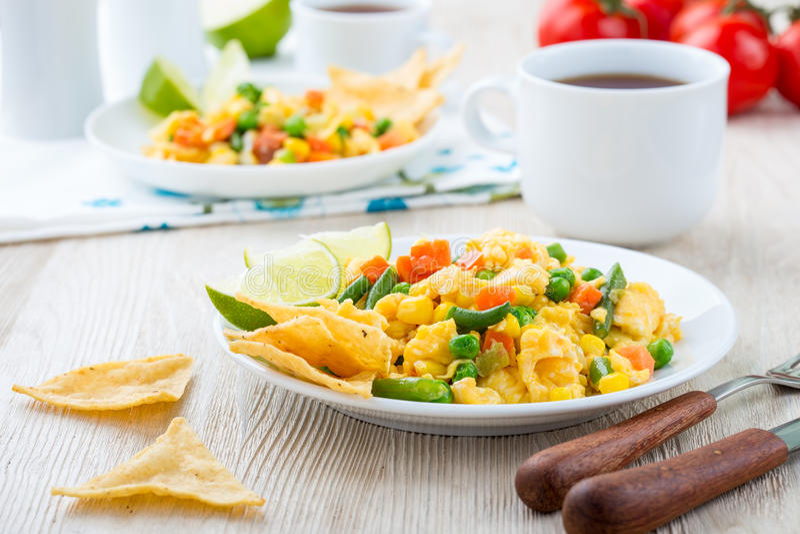Durcheinandergemischtes Ei des selbst gemachten mexikanischen Salats, gesundes Frühstück lizenzfreie stockbilder