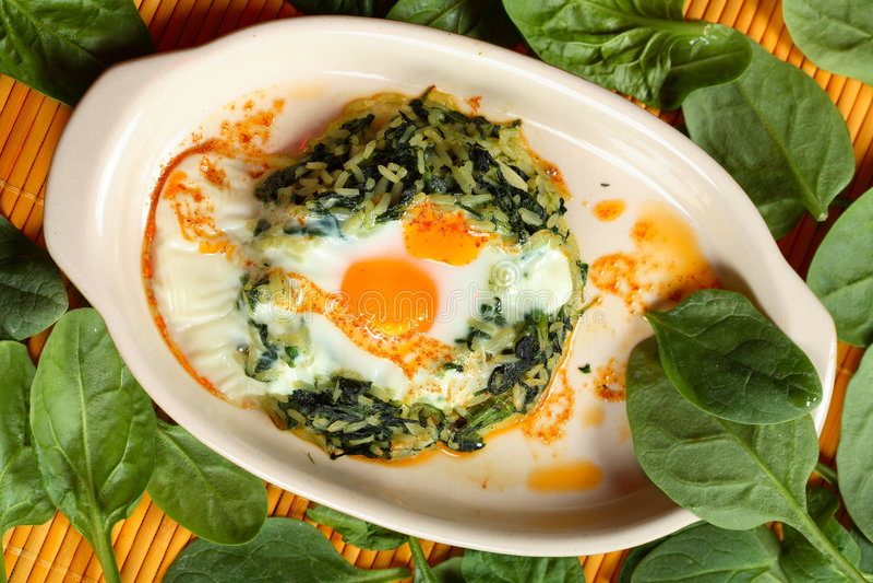 Durcheinandergemischtes Ei mit Spinat stockbilder