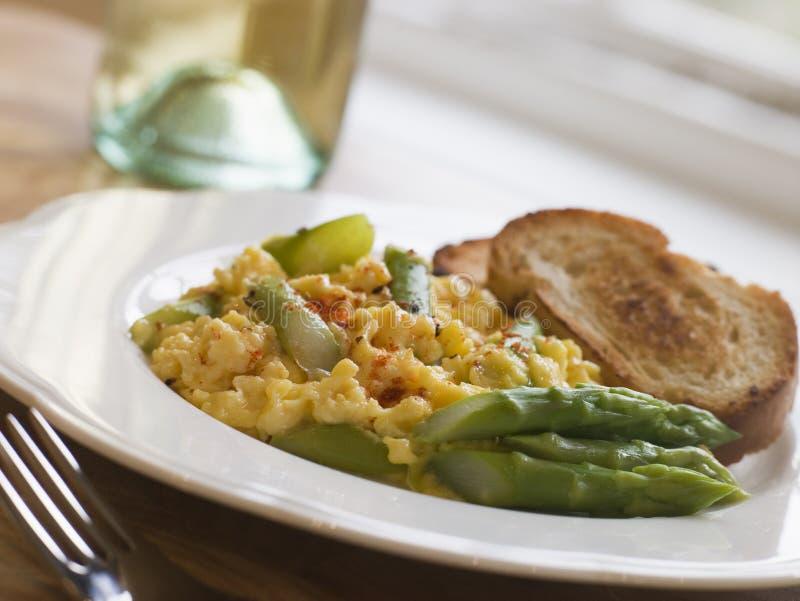 Durcheinandergemischtes Ei und Spargel mit Toast stockfotografie