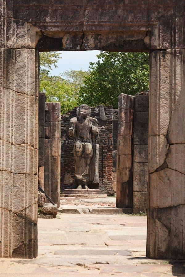 Durchführung in den Ruinen zur Buddha-Statue stockbilder