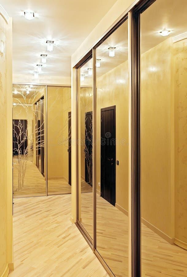 Durchführung mit einer Spiegelgarderobe lizenzfreie stockbilder