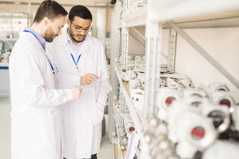 Durchführung von Inspektion an der Druckmessgerät-Fabrik lizenzfreies stockfoto