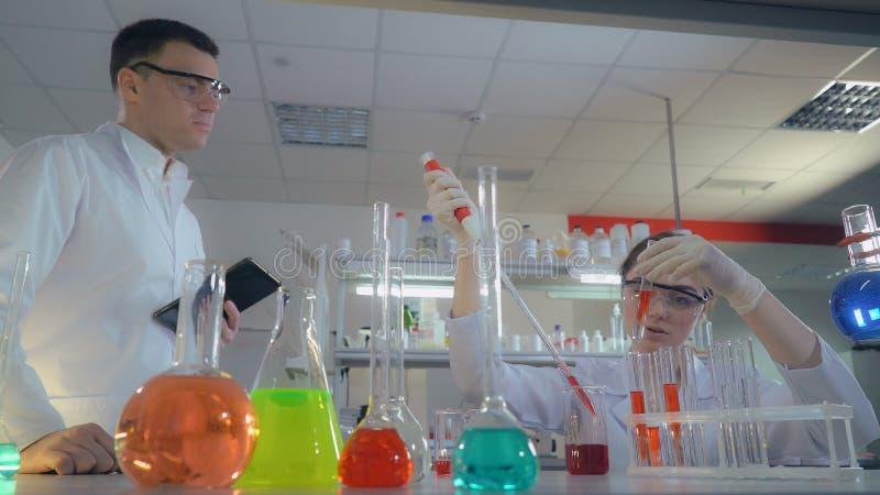 Durchführungsexperimente des Forschungsteams im Labor lizenzfreie stockfotos