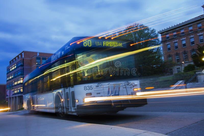 Durchfahrt-Bus nachts stockbilder