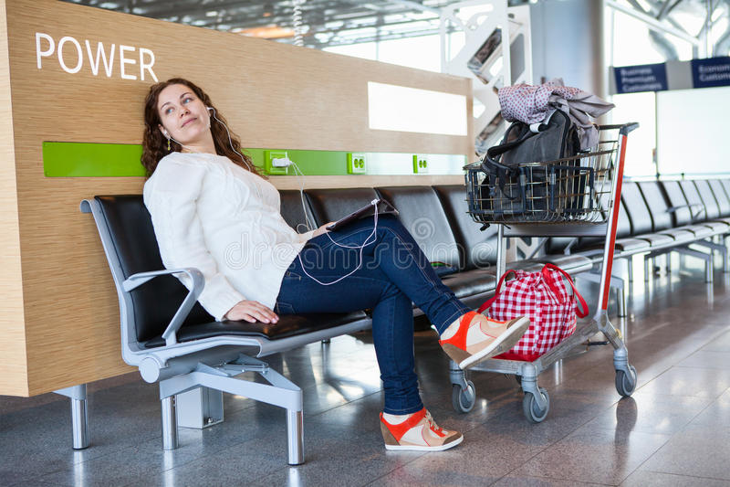 Durchfahrtpassagier, der Zeit mit Tabletten-PC verbringt lizenzfreie stockfotografie