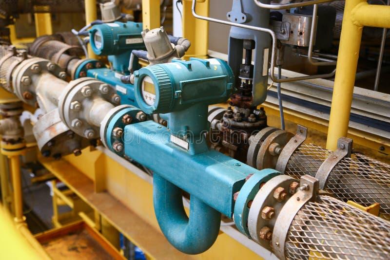 Durchflussgeber oder Flusswandlerausrüstungsfunktion und gesendete PLC-Logik zum Prozessor im Öl- und Gasproduktionsverfahren stockfotos