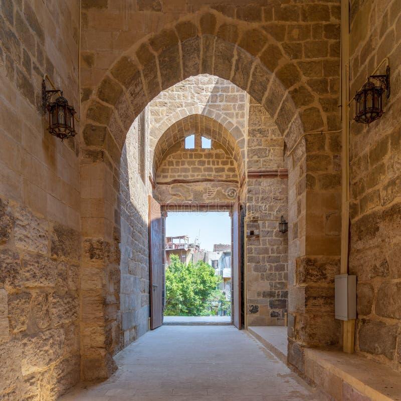 Durchgang am historischen Geb?ude Al-Muayyad Bimaristan-Krankenhauses mit Steinziegelsteinwand, B?gen und Einstiegst?r, Kairo, ?g lizenzfreie stockbilder