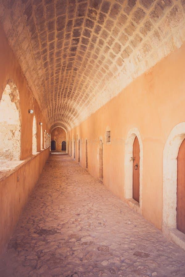 Durchgang im Westtor bei Arkadi Monastery, Arkadi, Kreta, Griechenland lizenzfreie stockfotografie