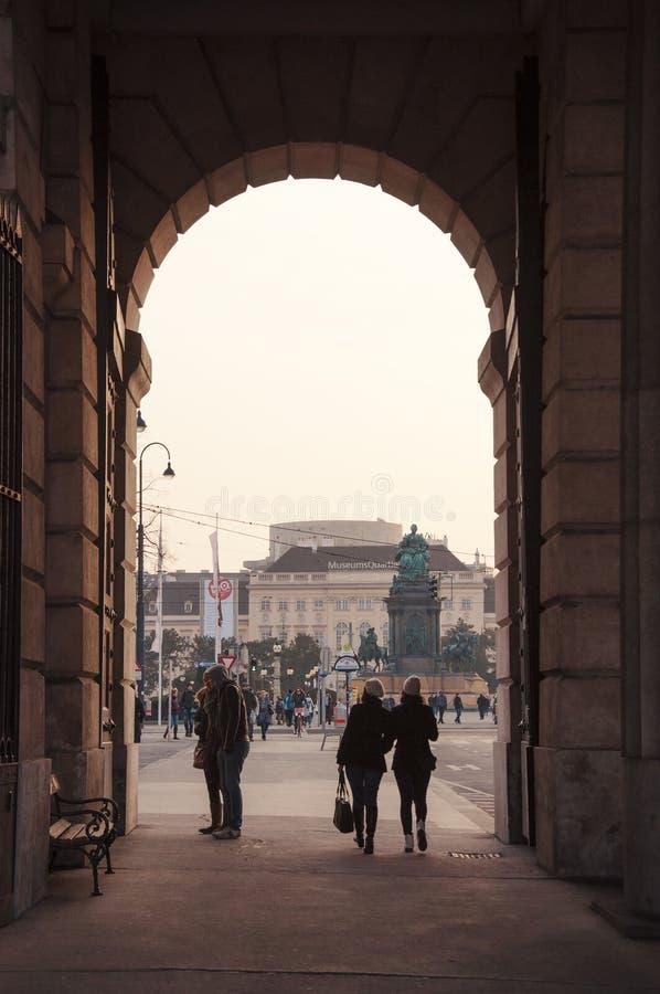Durchgang zu Maria Theresa-Monument an Wien-Stadt lizenzfreie stockbilder
