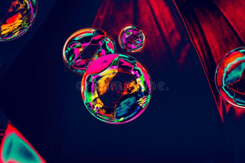 Durchgebrannte Seifenblasen schwimmen in einer Luft lizenzfreie stockfotografie